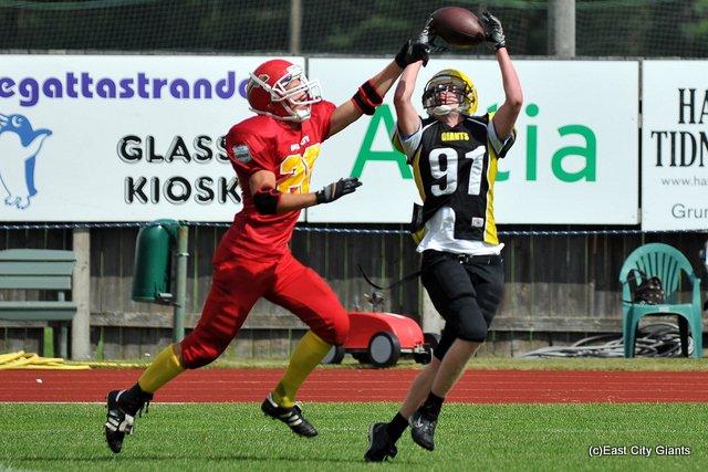 Janne Hiitola (#91) koppaa pallon Jacob Söderlundin vastustelusta huolimatta. Hiitola teki ottelussa kolme maalia.