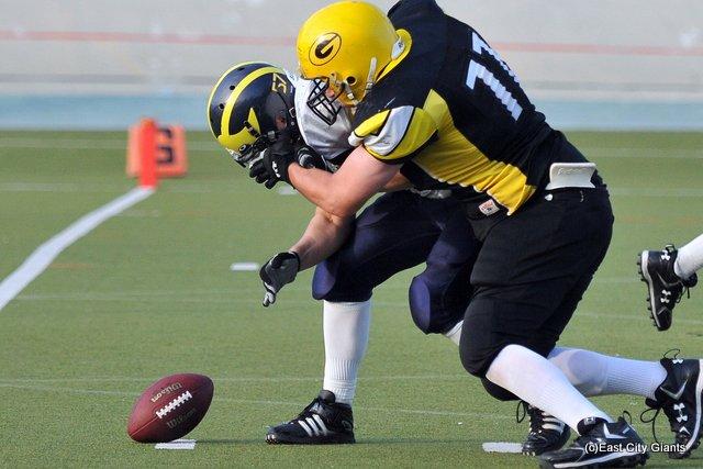 Kai Kuusela (#77) säkittää Panu Suurnäkin. Seuranneesta tilanteesta Giants teki kolmannen touchdowninsa.